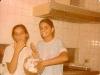 Dany e Lele na cozinha da nossa casa, lambuzadas de  suspiro